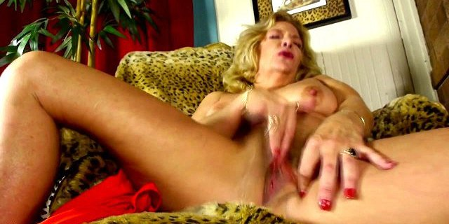 mature nl presents granny fingering her hairy pussy